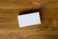 Стог визитной карточки на предпосылке деревянного стола Стоковые Фото