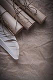 Стог винтажной бумаги перечисляет перо на скомканном оборачивая shee Стоковая Фотография RF