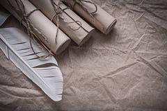 Стог винтажной бумаги перечисляет quill на скомканном оборачивая листе Стоковые Изображения