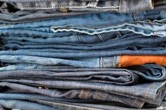 стог голубых джинсов стоковые фотографии rf