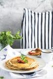 Стог горячих crepes над кухонным столом Стоковые Изображения RF
