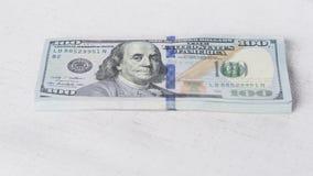 Стог денег в долларах США внутри получает внутри 100 долларовых банкнот наличными Стоковая Фотография RF