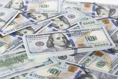 Стог денег в долларах США внутри получает внутри 100 долларовых банкнот наличными Стоковые Изображения