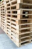 Стог деревянных паллетов в складе фабрики Стоковые Изображения RF