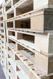 Стог деревянных паллетов в складе фабрики Стоковое Изображение