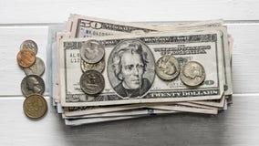 Стог долларовых банкнот и монеток Стоковая Фотография