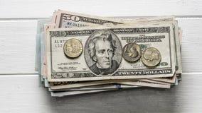 Стог долларовых банкнот и монеток Стоковое Изображение