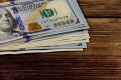 Стог 100 долларов счетов на деревянном столе Стоковые Изображения