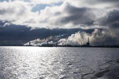 Стог дыма неба моря реки электростанции, Стоковые Изображения