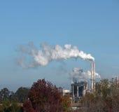 стог дыма нефтеперерабатывающего предприятия Стоковые Фотографии RF