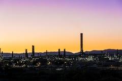 Стог дыма фабрики - нефтеперерабатывающее предприятие - нефтехимический завод Стоковые Изображения RF