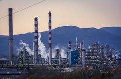 Стог дыма фабрики - нефтеперерабатывающее предприятие - нефтехимический завод Стоковая Фотография RF