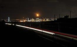 Стог дыма фабрики - нефтеперерабатывающее предприятие - нефтехимический завод Стоковые Изображения
