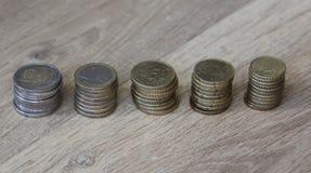 Стог евро чеканит от большого к малому на деревянной предпосылке стоковые изображения rf