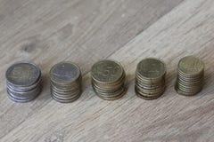 Стог евро чеканит от большого к малому на деревянной предпосылке стоковые фото