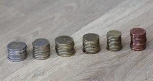 Стог евро чеканит от большого к малому на деревянной предпосылке стоковая фотография