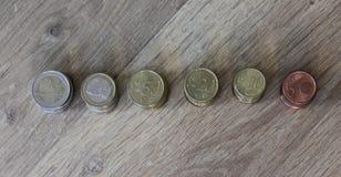 Стог евро чеканит от большого к малому на деревянной предпосылке стоковые фотографии rf