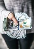 Стог денег, долларов в красивых женских руках С красивым маникюром Предложение дела способ самомоднейший Стоковая Фотография RF