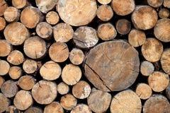 Стог деревянных журналов, деревянная абстрактная предпосылка внешняя Стоковое Фото