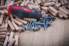 Стог деревянных ногтей конструкции контрольных штифтов и изолированного scre Стоковые Изображения RF