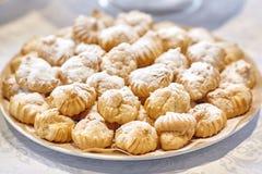 Стог десертов или тортов хлебопекарни на плите Стоковые Фотографии RF