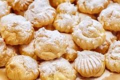 Стог десертов или тортов хлебопекарни на плите Стоковая Фотография