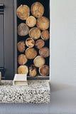 Стог журналов швырка рядом с камином в современном доме Стоковое Изображение RF