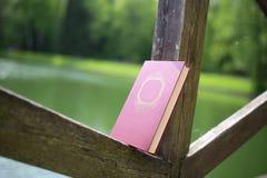 Стог закрытых книг внешних Книги в лесе Стоковое фото RF