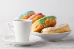 Стог замороженных donuts с кофейной чашкой на таблице Стоковое фото RF