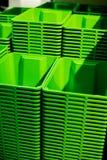 Стог зеленых пластичных ведер Селективный фокус Пластмасовые контейнеры Торговый центр Вертикальное изображение Стоковая Фотография