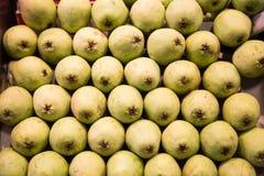 Стог зеленых груш в рынке Стоковые Фотографии RF