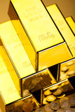 Стог золота в слитках, окружающая финансовая концепция Стоковое Изображение