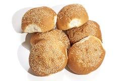 Стог 6 золотых хлебцев взбрызнутых с семенами сезама Стоковые Фотографии RF