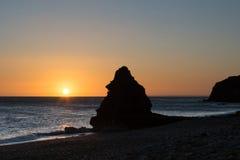 Стог известняка на пляже на восходе солнца Стоковое фото RF