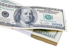 Стог изолированных долларовых банкнот США 100 Стоковая Фотография