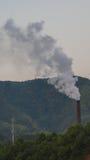Стог и сотовый телефон дыма возвышаются в сельском Китае Стоковые Фотографии RF