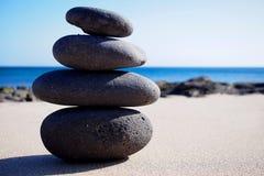 Стог камней Дзэн на песке стоковые изображения