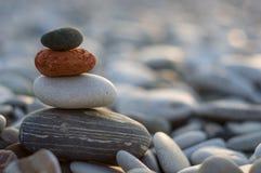 Стог камней Дзэн на Pebble Beach Стоковые Изображения