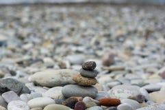 Стог камней Дзэн на Pebble Beach Стоковые Фото