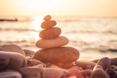 Стог камней Дзэн на Pebble Beach Стоковые Изображения RF