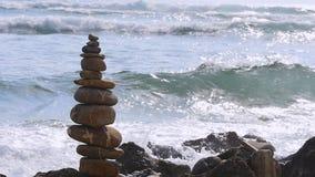 Стог камней и выплеска моря сток-видео