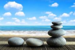Стог камней камешка Дзэн на пляже Стоковые Изображения RF