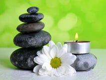 Стог камней камешка Дзэн с цветком и свечой Стоковое фото RF