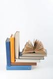 Стог книги, книги hardback красочные на деревянном столе, белой предпосылке задняя школа к Скопируйте космос для текста Образован Стоковая Фотография RF