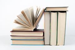 Стог книги, книги hardback красочные на деревянном столе, белой предпосылке задняя школа к Скопируйте космос для текста Образован Стоковое фото RF