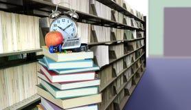 Стог книг в библиотеке Стоковое Фото
