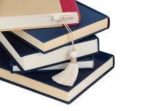 Стог книг и закладки стоковые фото