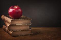 Стог книг и красного яблока Стоковое Изображение RF