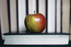 Стог книг концепции образования, яблоко стоковая фотография rf