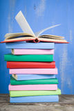 Стог книг на голубой предпосылке Стоковое Фото